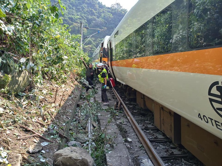 Train carrying 350 people derails in Taiwan, with at least 36 dead and many injured (photos)
