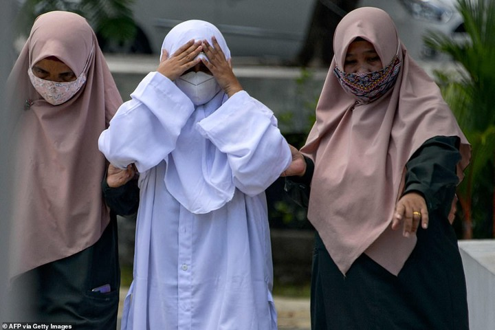 Indonesia: 4 couples flogged for having sex outside marriage (photos)