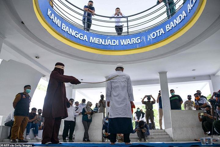 Indonésie : quatre couples fouettés en public pour avoir eu des rapports sexuels hors mariage-Photos