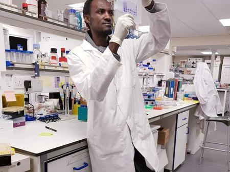 Meet the Nigerian graduate who is an award winning lecturer in UK University [Photo]