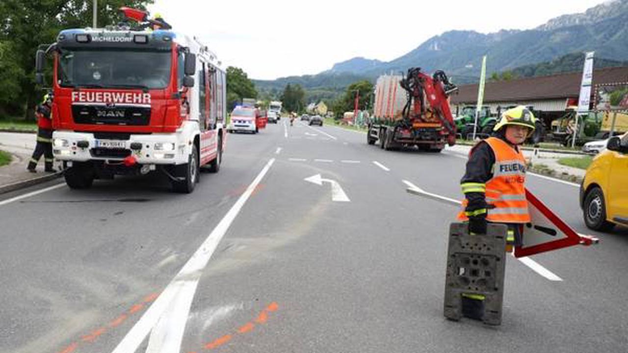 Autoüberschlag bei Kreuzungskollision auf Pyhrnpass Straße in Micheldorf in Oberösterreich