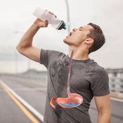 شرب الماء جالسا سنة.. فهل تعرف مخاطر شرب الماء واقفا؟