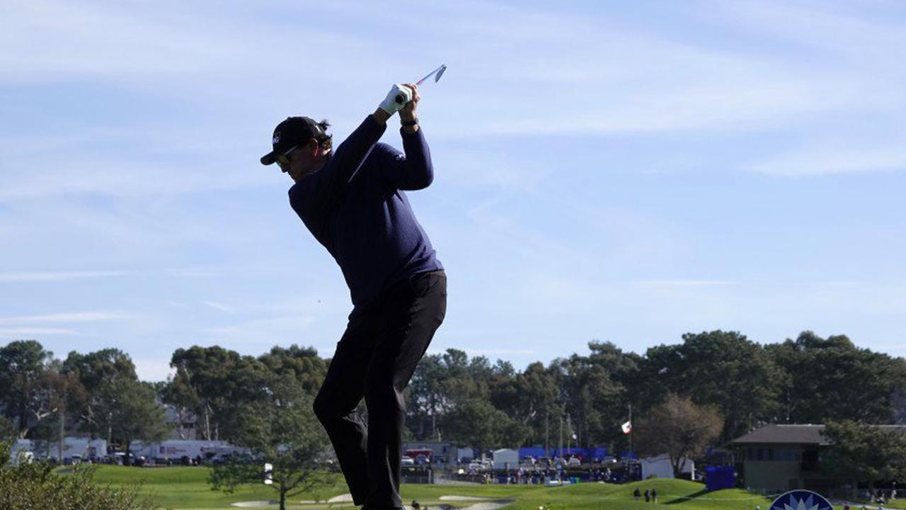 Golf-Mickelson accepts special exemption to play in U.S. Open