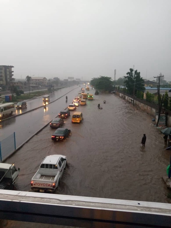 Flash flood takes over Lagos roads after heavy downpour (photos/videos)