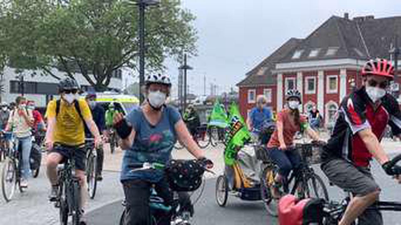 Demonstration gegen den Weiterbau der A445: Teilnehmer fahren Rad von Hamm nach Werl