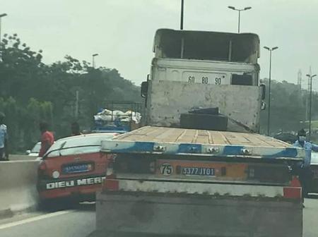 Accident de la circulation : un taxi compteur coincé par un gros camion vers le carrefour Agban