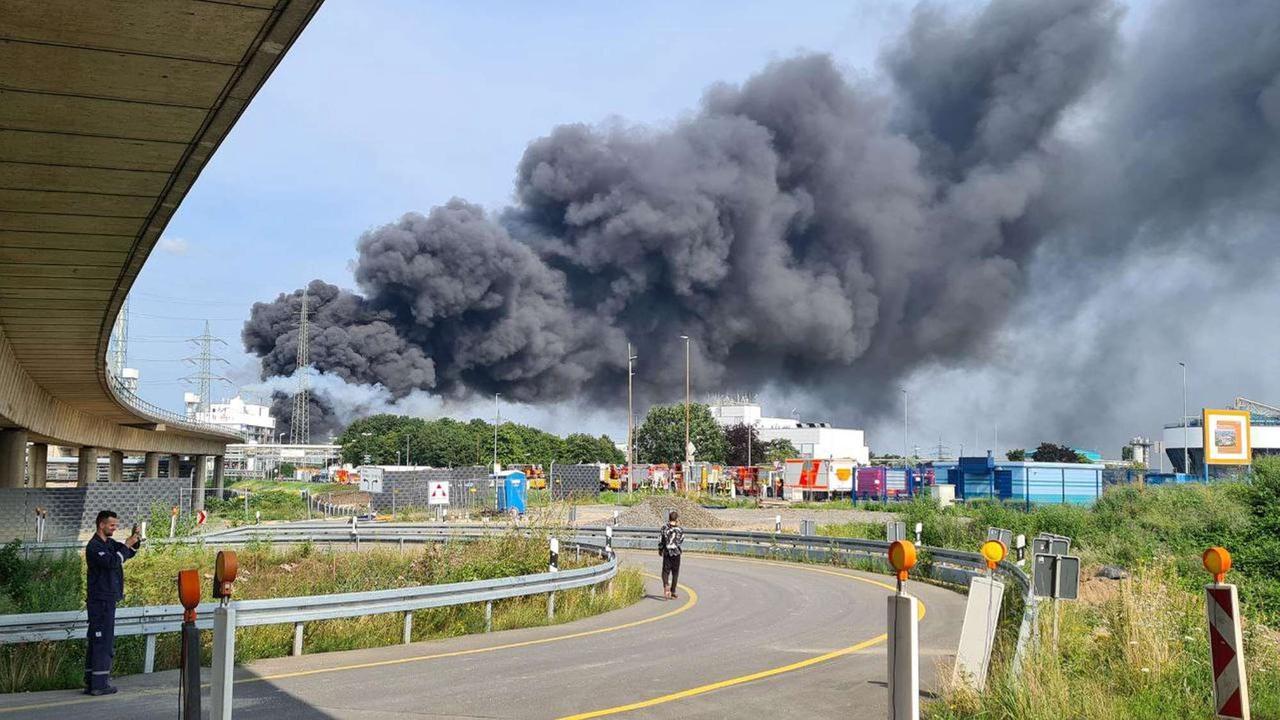 Heftige Explosion: Riesige Rauchsäule über Bayer-Werk