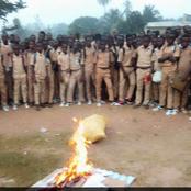 Un proviseur brûle les téléphones portables des élèves, pour non-respect des règles scolaires.