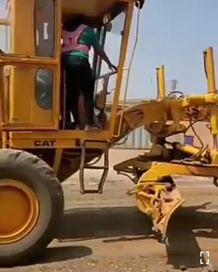 """098c8ea90139a4fe404c9f4588b28f97?quality=uhq&resize=720 - """"Like Father Like Daugther"""": The Moment Zanetor Rawlings Drove And Operated A Caterpillar Like A Pro"""