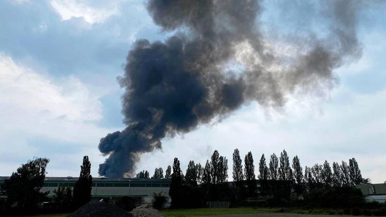 Brand in Elektrobus-Depot in Hannover - Feuerwehr im Großeinsatz