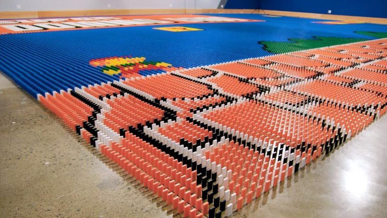 Un robot réalise une fresque Mario de 100 000 dominos en 24 heures