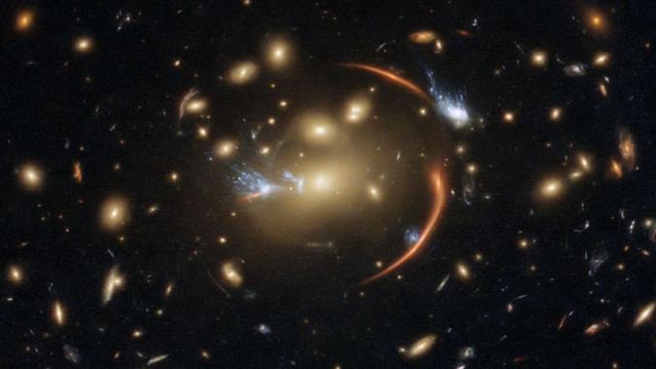 Une galaxie située à 10 milliards d'années-lumière est détectée par Hubble grâce à la distorsion de sa lumière