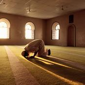 الصلاة بملابس خفيفة عاري الكتفين أو «فانلة حمالات».. ما الحكم.. الإفتاء تجيب