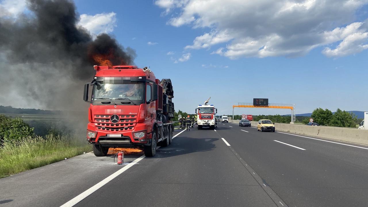 NÖ: Lkw geriet auf Südautobahn in Brand