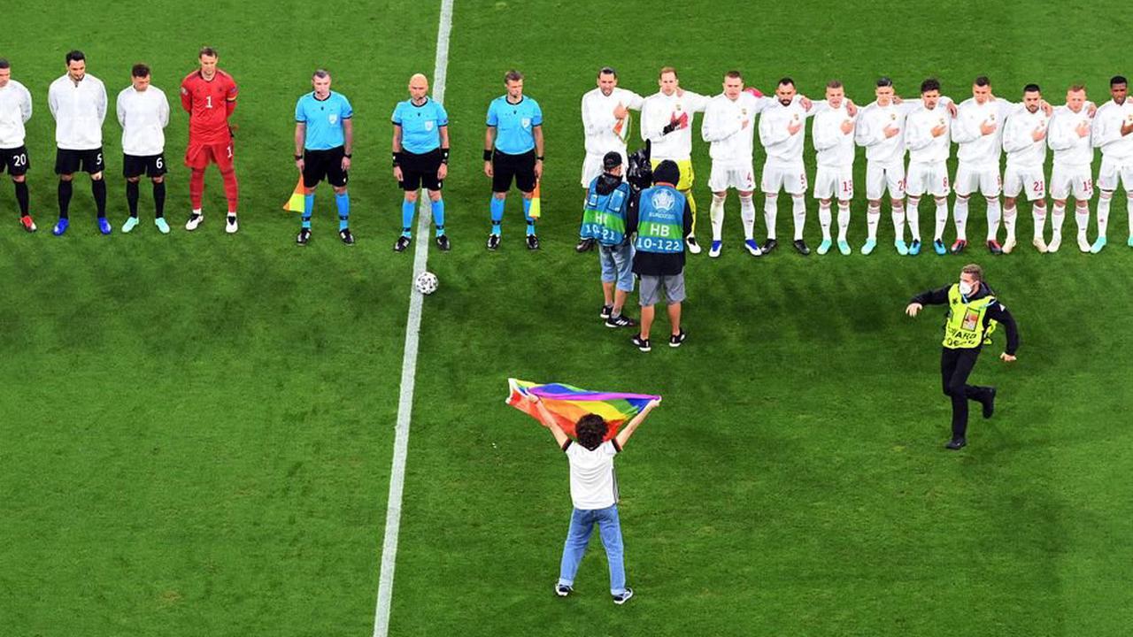 Euro 2021 : un activiste LGBT entre sur la pelouse d'Allemagne-Hongrie avec un drapeau arc-en-ciel