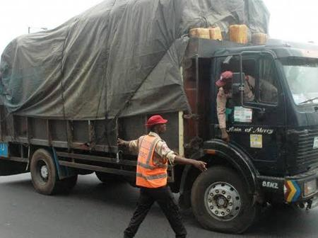 FRSC Official Seen Deflating Truck Tyre Inside Traffic In Magodo, Lagos State