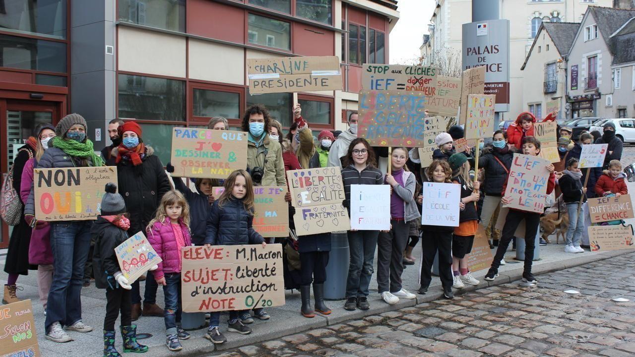 En Mayenne : ils manifestent pour garder le droit d'instruire leurs enfants à la maison