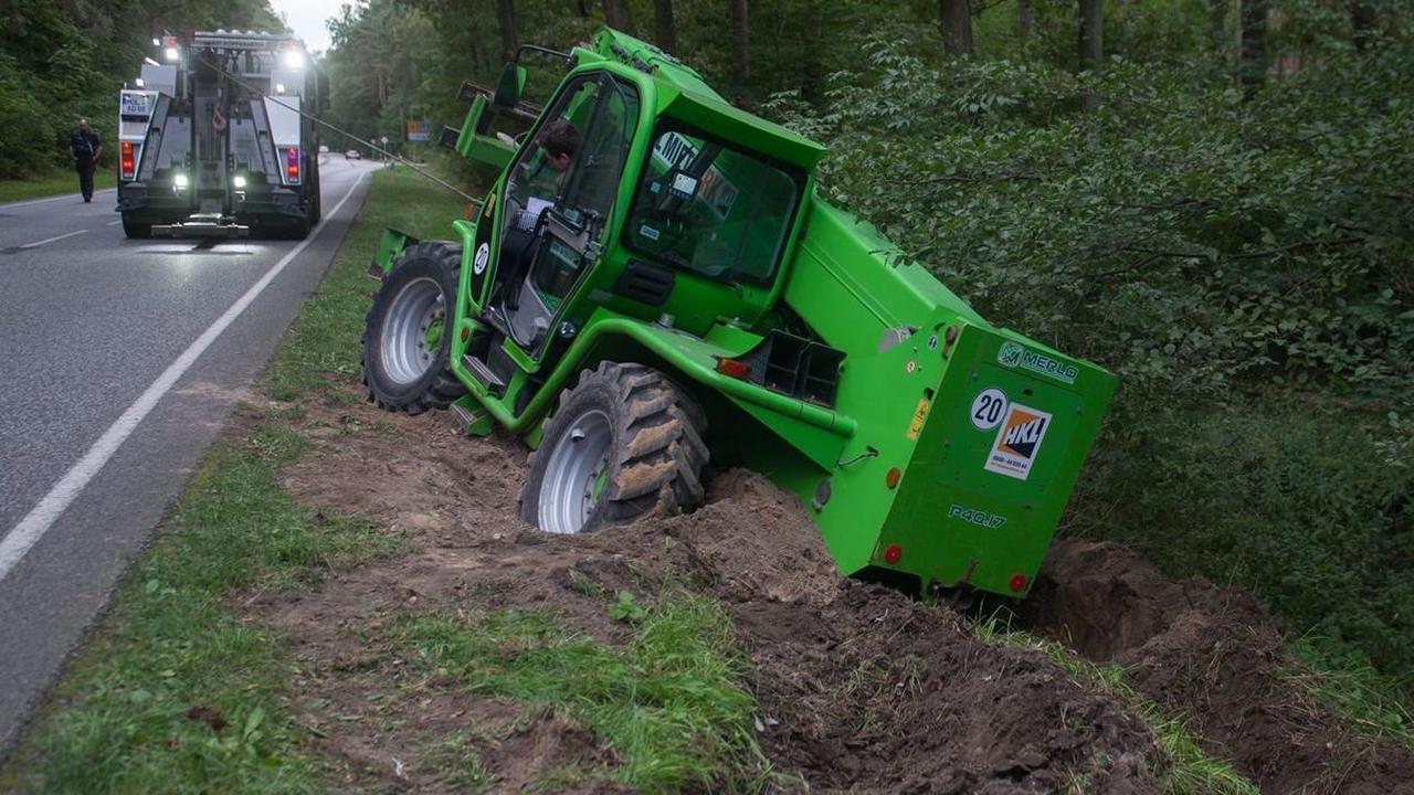 Unfall mit Folgen: Lkw drängt tonnenschweren Stapler bei Eggersdorf von der Straße ab