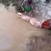 Incroyable! À défaut de véhicule voici comment ils transportent les morts