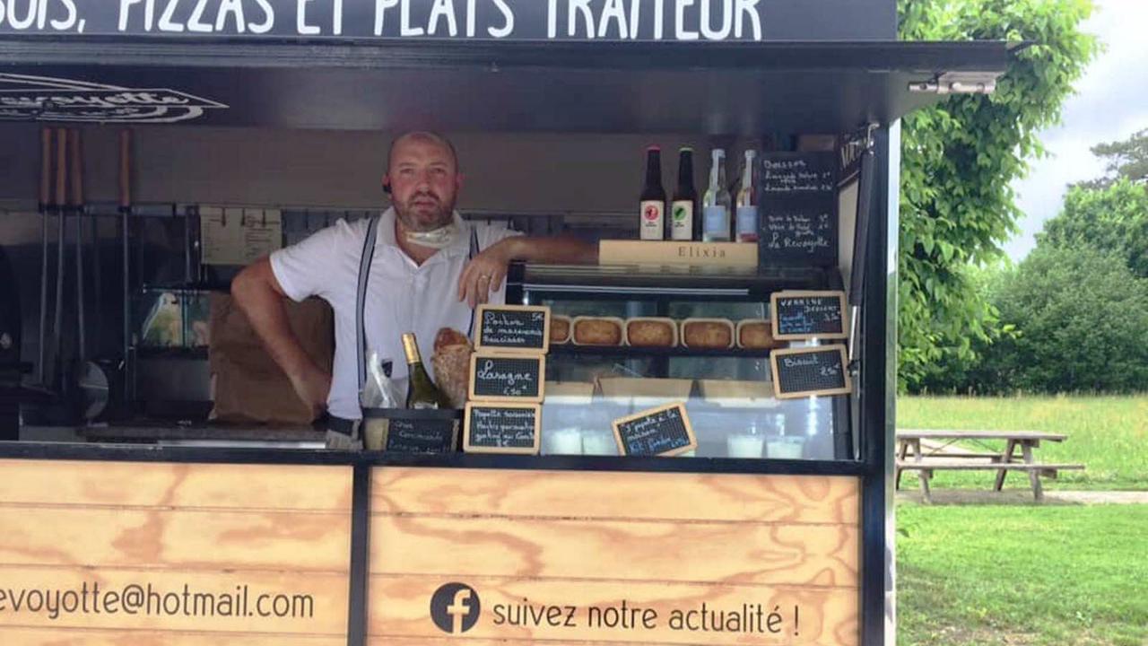 Avec sa remorque vintage, Julien Barbaud parcourt les villages pour cuire ses pizzas