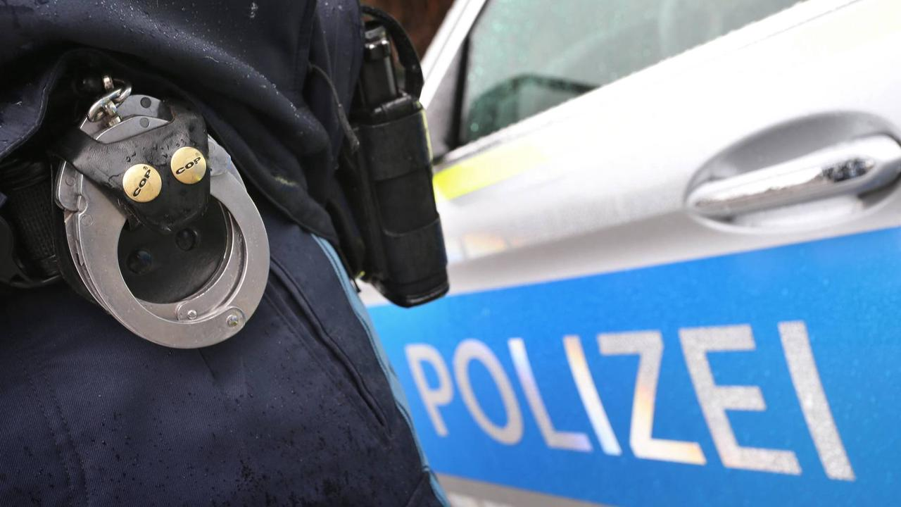 Mann mit Waffen auf Straße in Dortmund unterwegs