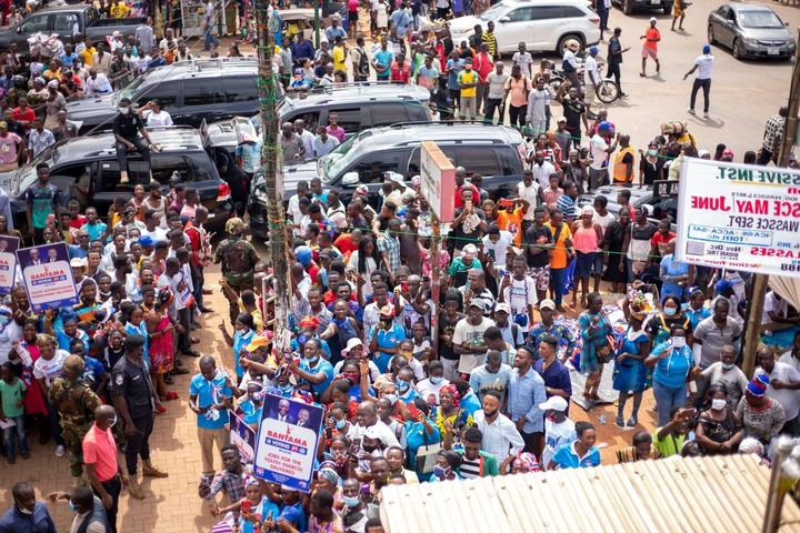 """18622c7397a6350d69a0ad77f1c6bb14?quality=uhq&resize=720 - """"Sign Of Victory"""": Mammoth Crowd Storm Angel FM Premises With A Gift To Akufo-Addo (Photos)"""