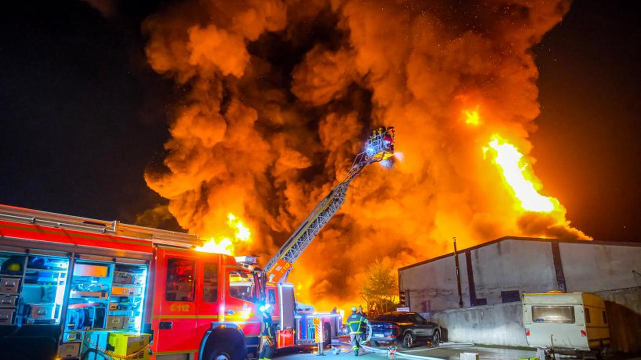 Feuerwehr Hamburg: Lagerhalle in Flammen in Rothenburgsort
