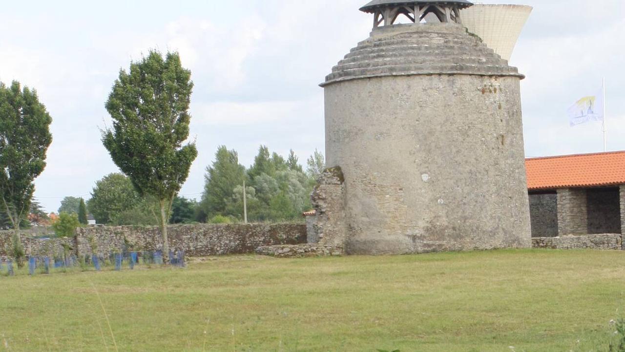 Machecoul-Saint-Même. Le soir, il refait, seul, le mur de l'abbaye