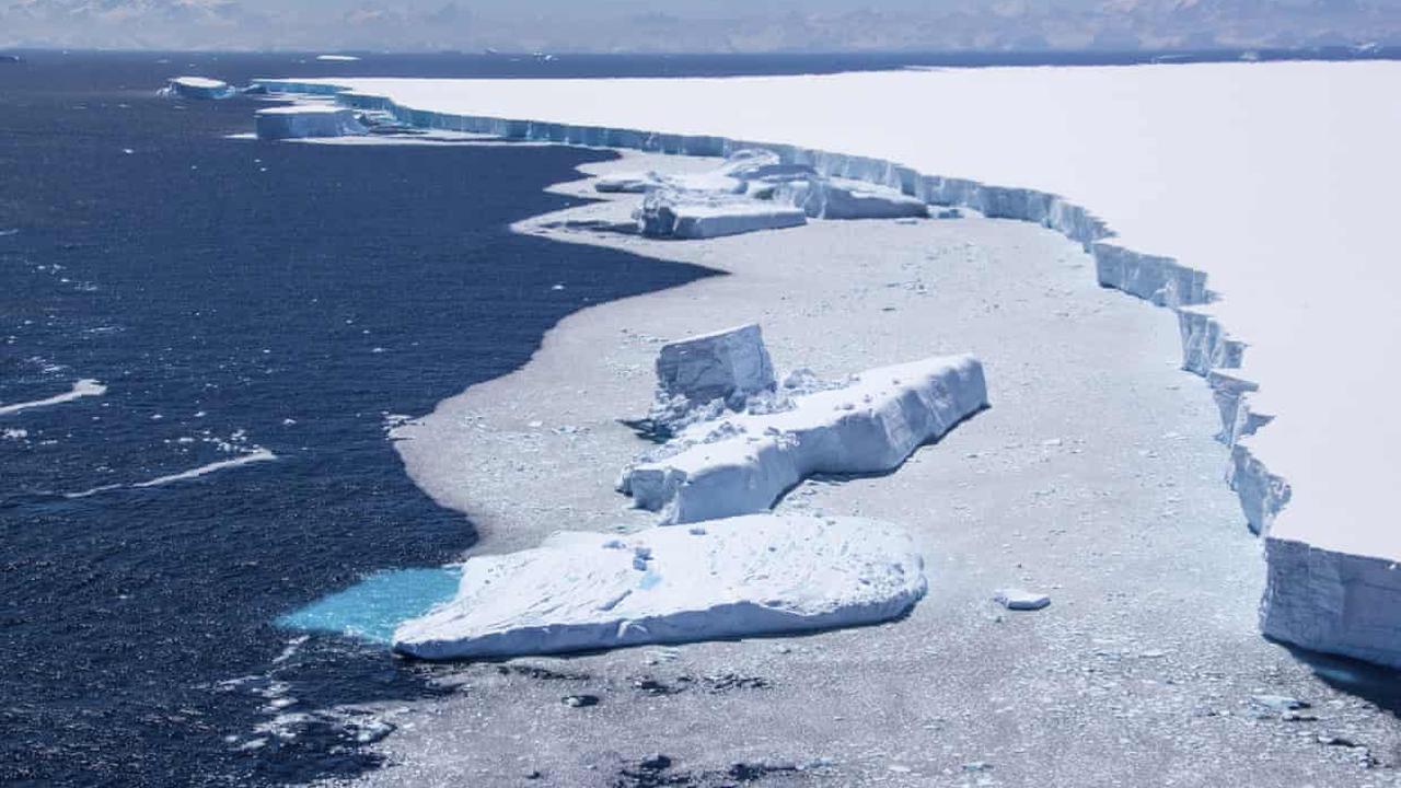 Fractures to Antarctic iceberg reduce risk to South Georgia wildlife