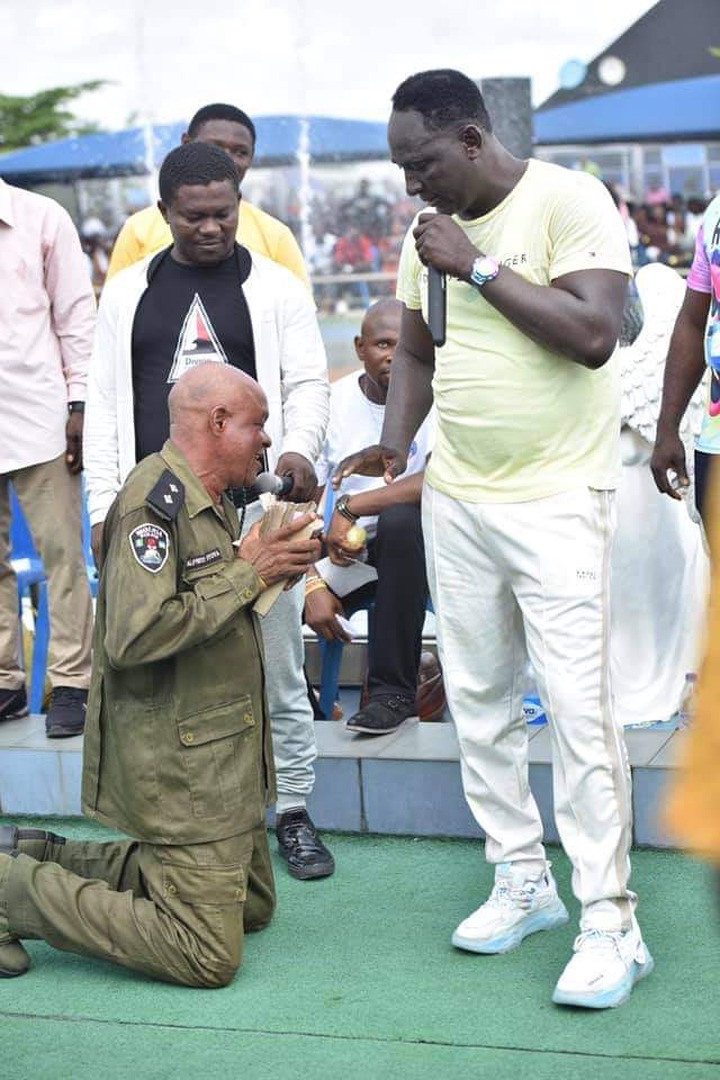 Prophet Jeremiah Fufeyin gifts money to a police officer (See pictures) 12