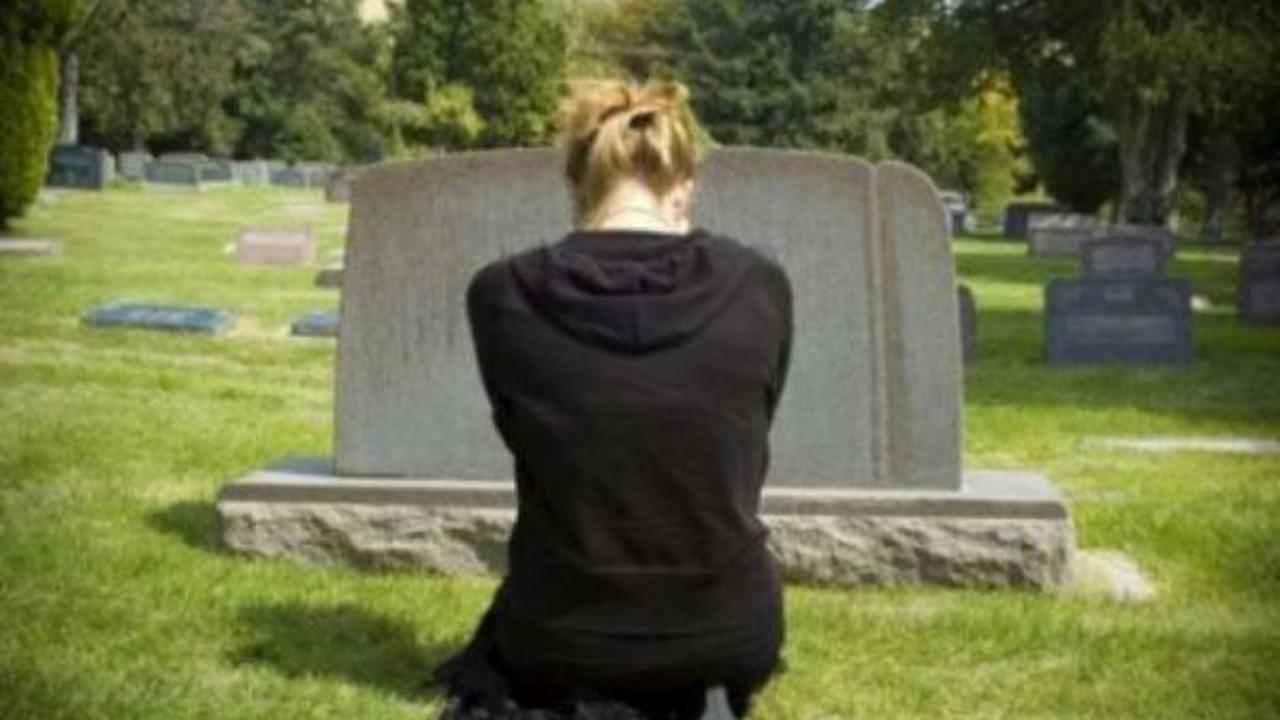 قصة.. بعد وفاة أخي اعتادت زوجته أن تذهب إلى المقابر وعندما راقبتها رأيتها تخرج حقيبة من القبر