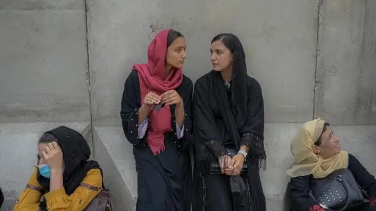 Afghanistan : les talibans laissent les collégiennes et lycéennes revenir en cours