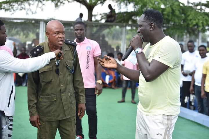 Prophet Jeremiah Fufeyin gifts money to a police officer (See pictures) 18