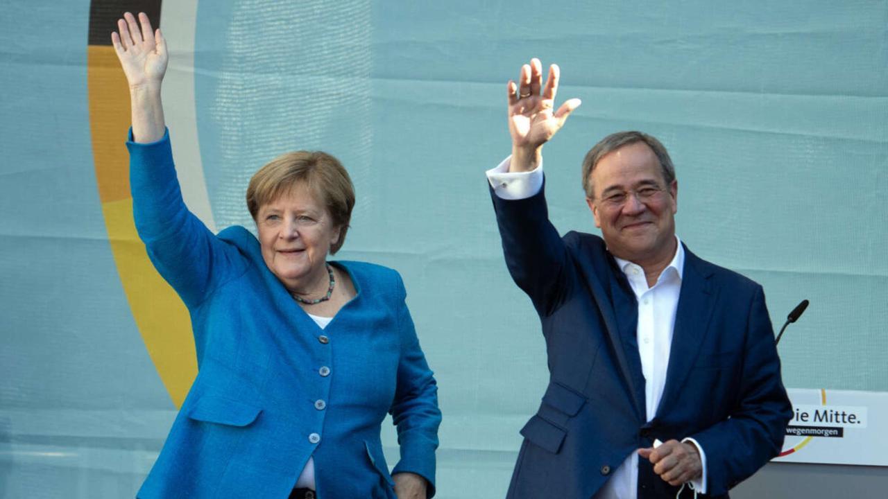 """Laschet stellt bei Rede mit Merkel für einige die falsche Frage und geht daraufhin """"23"""" Zuschauer an"""