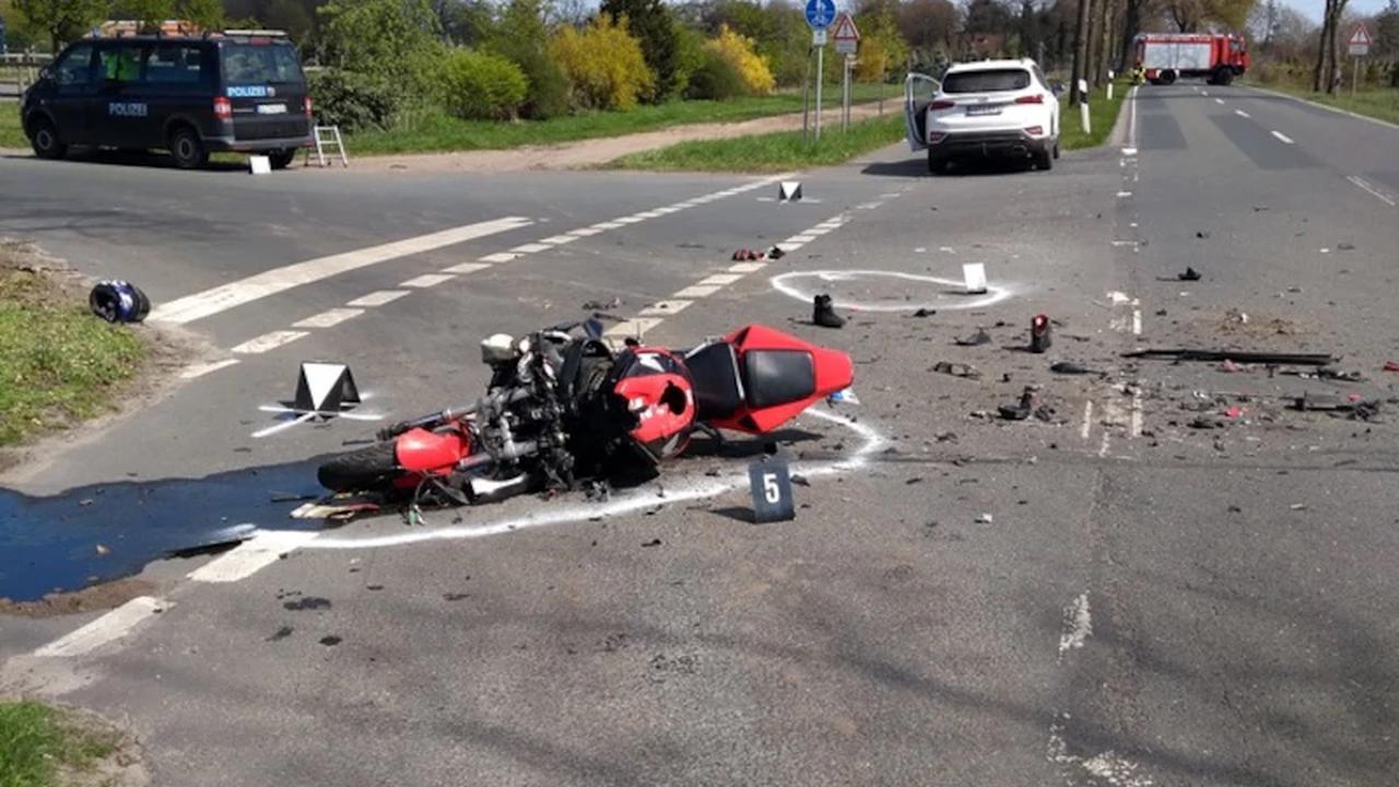▷ POL-HRO: Kradfahrer nach Verkehrsunfall lebensbedrohlich verletzt