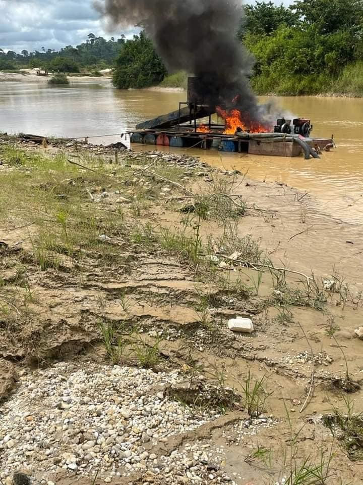 23536118474e429bbd32b10a7cf7dd87?quality=uhq&resize=720 - Another Set Of Excavators And Changfangs Set Ablaze On Offin River - Photos