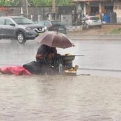 L'image du jour : cette maman vend des bananes braisées sous la pluie pour la survie de ses enfants