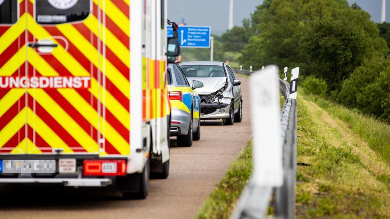 A4 Jena: Dramatische Unfälle am Morgen! Fahrer in Wagen einklemmt
