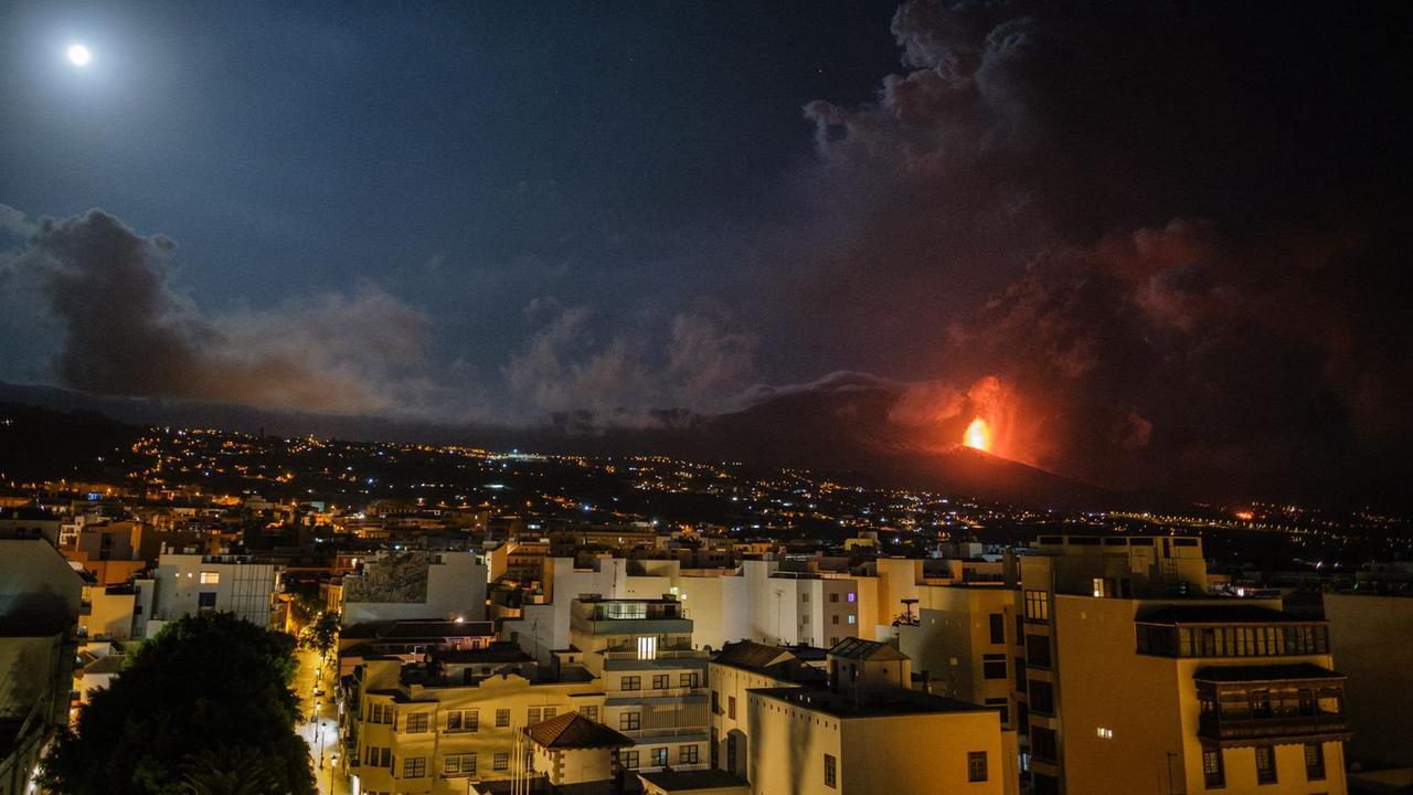Explosionen bei Vulkanausbruch auf La Palma - Flughafen dicht