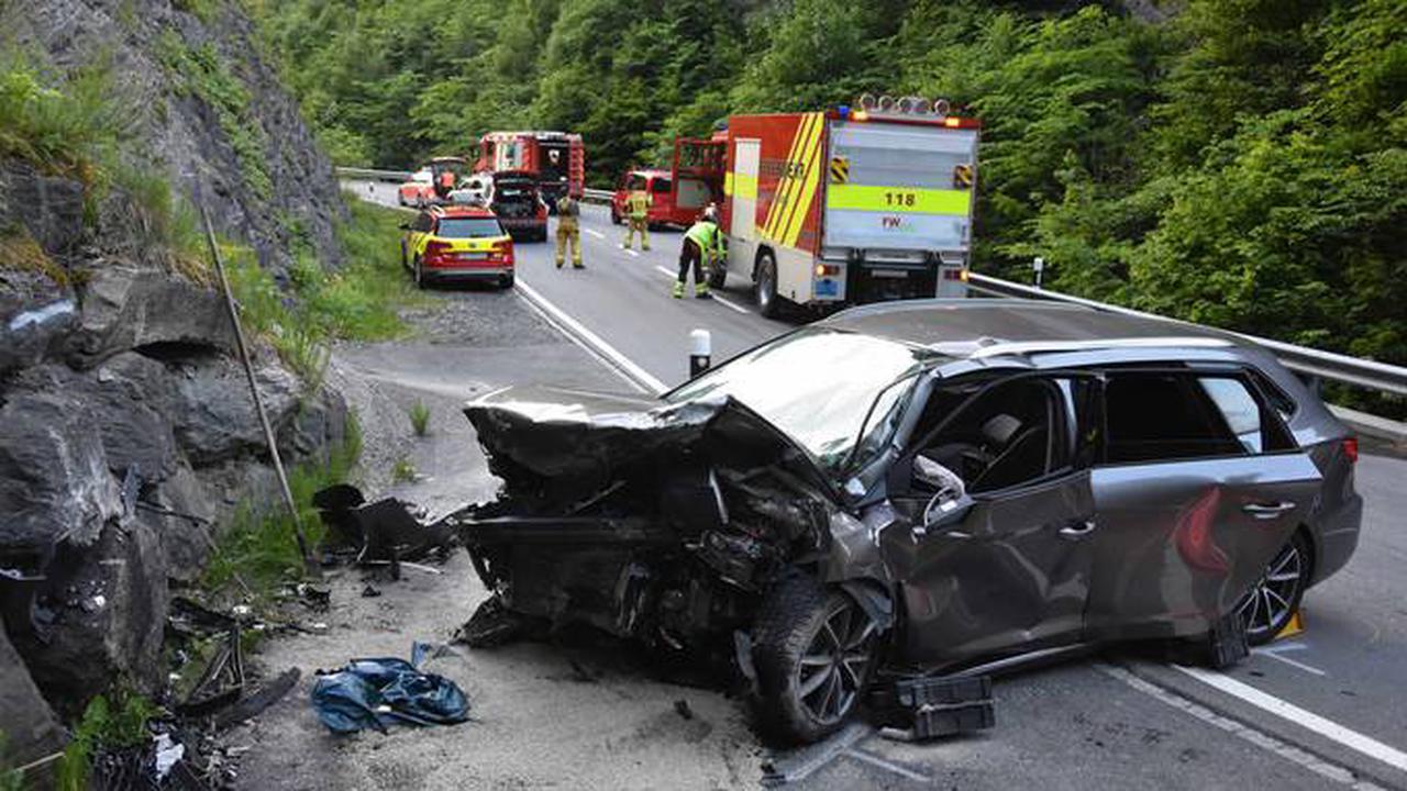 Selbstunfall mit Auto fordert einen Schwerverletzten