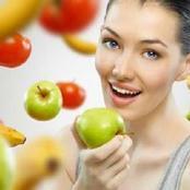 ماذا يحدث لجسمك عند تناول التفاح على الريق