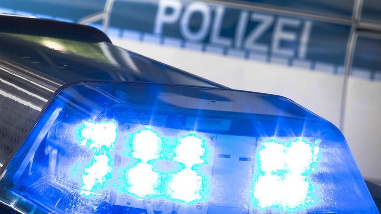Unfall in Köln: Auto kommt von Straße ab und überschlägt sich