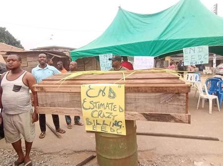 Nigerians Protests With Coffin Over Outrageous EEDC Billing (Photos)