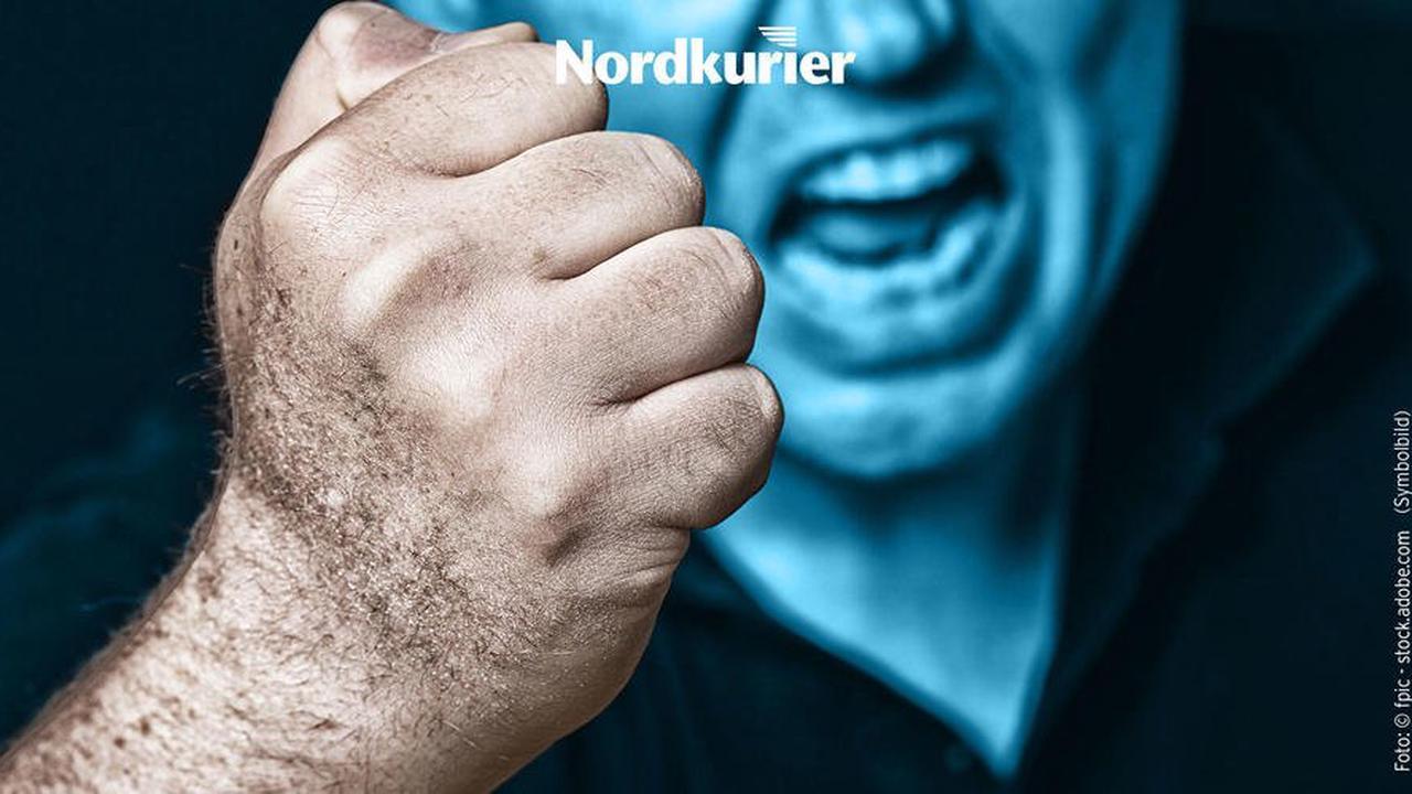 Schwerer Raub: Brutale Schläger belästigen Frau und verletzen Mann schwer