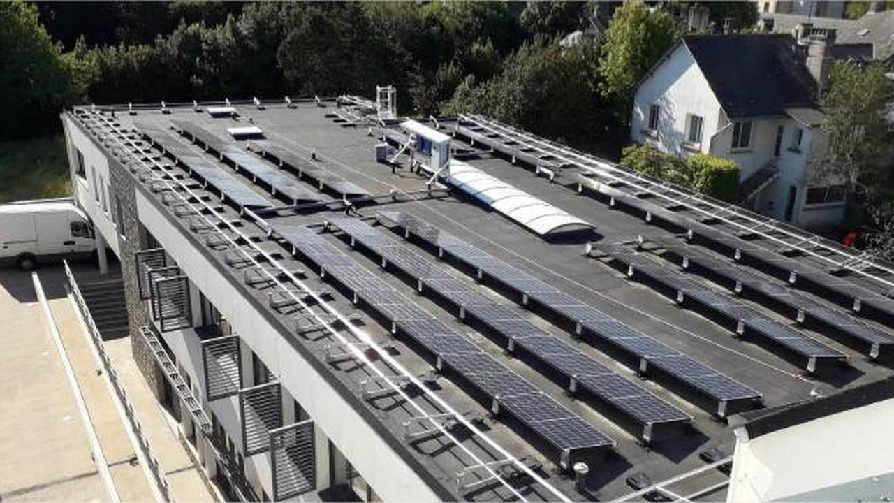 Des panneaux solaires sur le toit de l'école maternelle