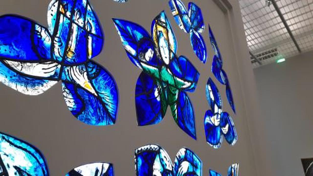 Pour rassembler les religions du monde, Marc Chagall réalisait des vitraux après la guerre