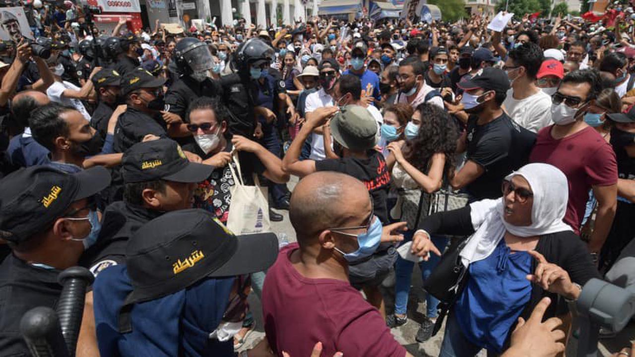 Tunisie: des milliers de manifestants défilent contre leurs dirigeants