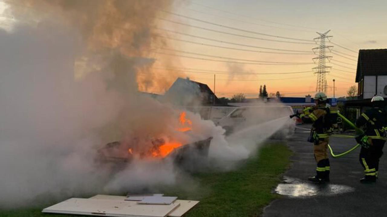 ▷ FW-EN: Baucontainer brannte in voller Ausdehnung