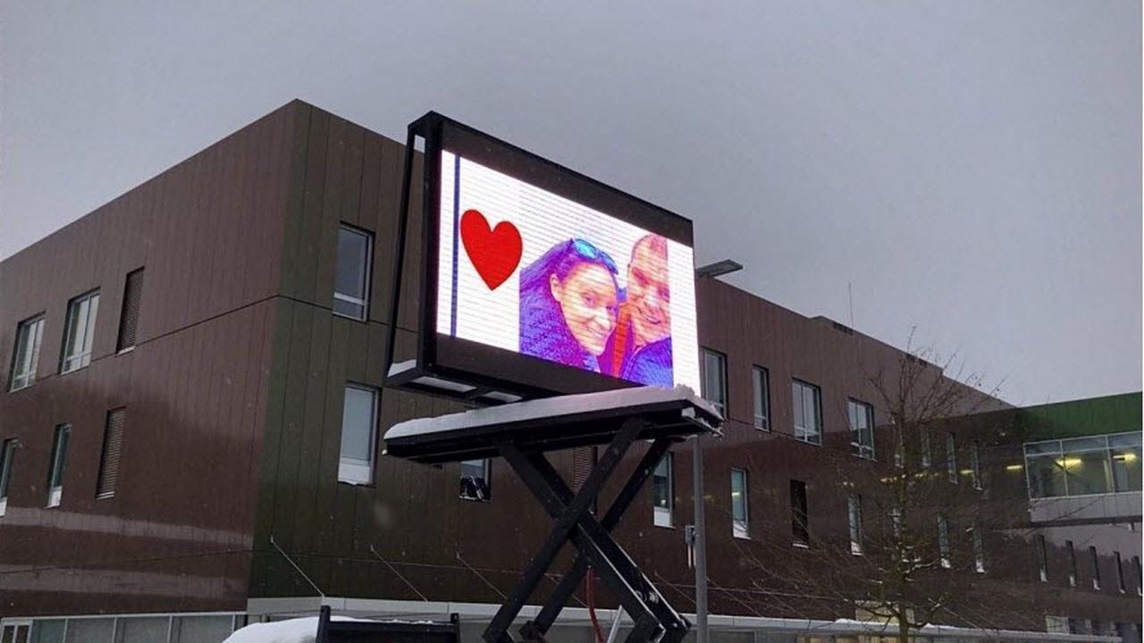 Insolite. Il installe un écran géant sur le parking de la maternité pour sa femme