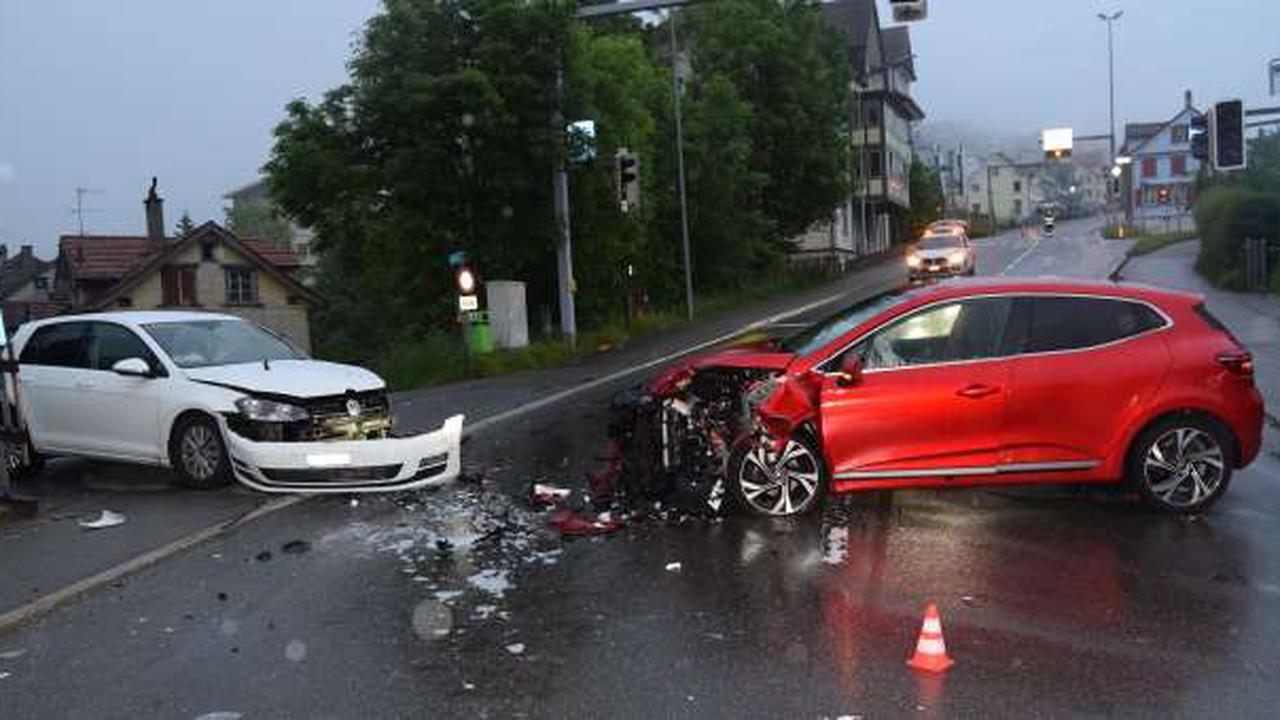 Herisau AR: Totalschaden nach der Kollision zwischen zwei Autos